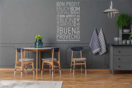 Vinilo buen provecho en diferentes idiomas aplicado a la pared de una cocina