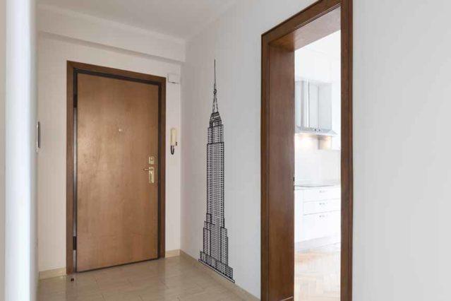 Vinilo del Empire State Building aplicado a la pared de un recibidor.