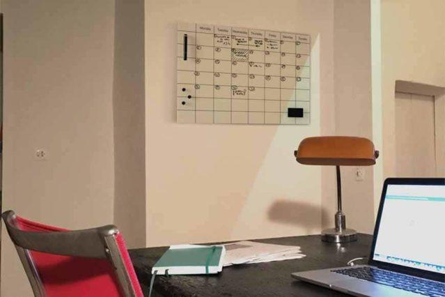 Pizarra de vidrio magnética planning en la pared de un despacho