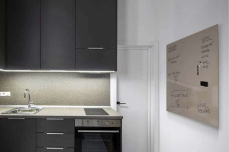 Una pizarra de cristal magnética es perfecta para aplicar en una cocina