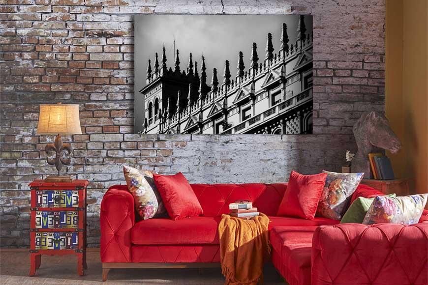 Foto decorativa de un edificio de barcelona en la pared de una sala