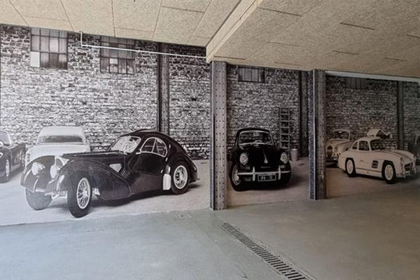 Garaje decorado con un Bugatti mediante una escena trampantojo