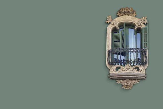 Una ventana modernista en una fachada de Barcelona