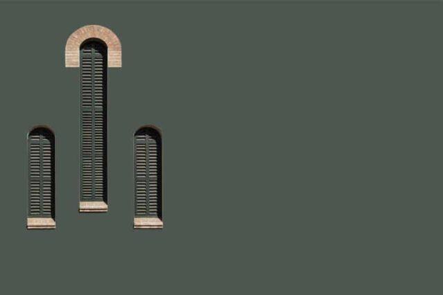 Tres ventanas protagonizan este cuadro minimalista