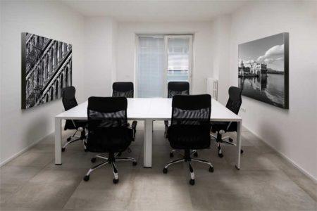 Paneles fonoabsorbentes decorativos para mejorar la acústica de una sala de reuniones o despacho