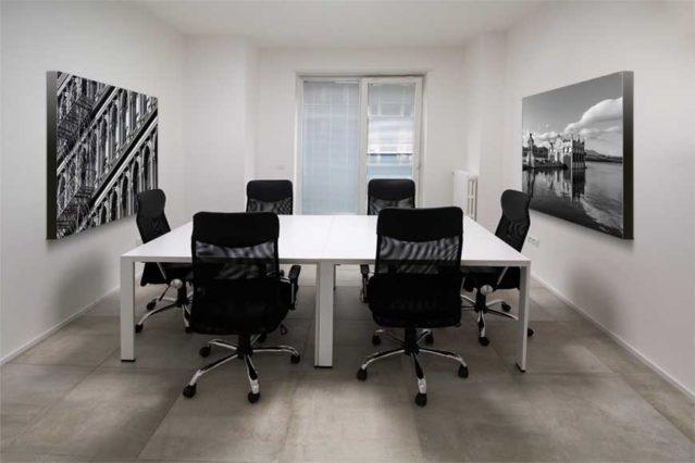 Paneles fonoabsorventes decorativos para mejorar la acústica de una sala de reuniones o despacho