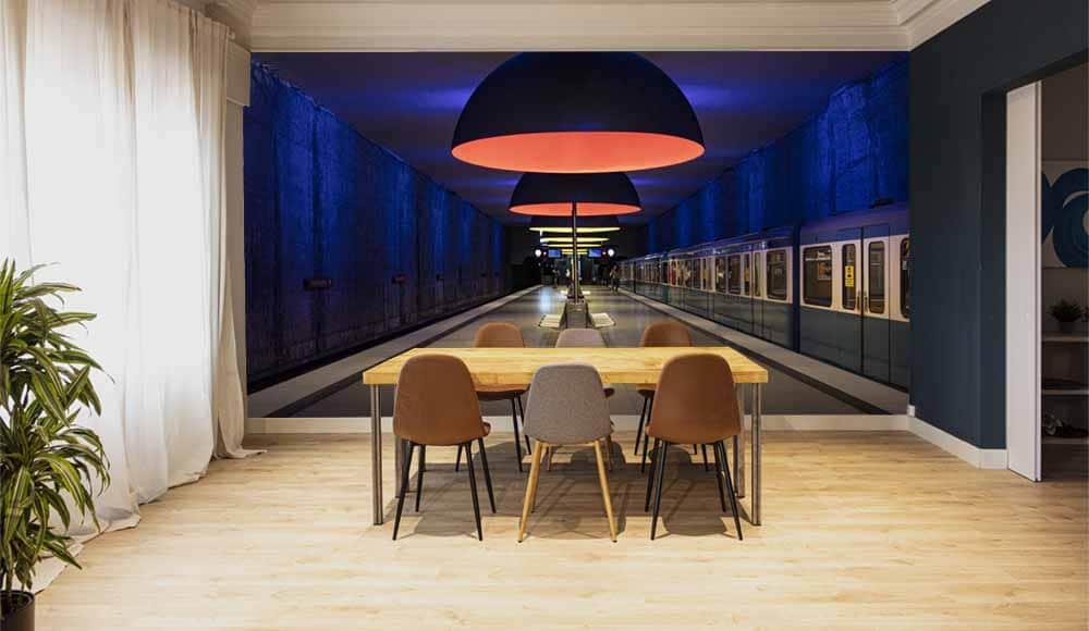 Un fotomural con la imagen de una estación de metro que aporta profundidad y crea muy buen ambiente